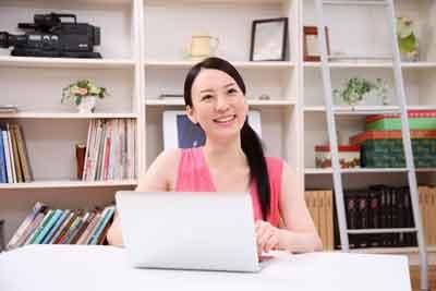 パソコンと笑顔の画像